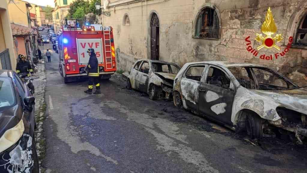 Portoferraio a fuoco 4 auto nella notte, danneggiato anche un edificio