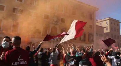 Retrocessione Livorno, i cori degli ultrà davanti al Comune (31)