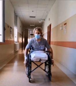 """Cristian scende dal letto dell'ospedale: """"Ho pianto: Ho visto il cielo era bellissimo, la carrozzina? Felice come un bambino con la bici"""""""