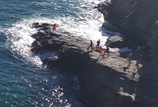 Cade sugli scogli punta Pacchiano, intervengono i vigili del fuoco. in arrivo anche elicottero 1