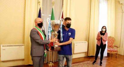Il sindaco Salvetti premia con Coppa e pergamena la Pielle (3)