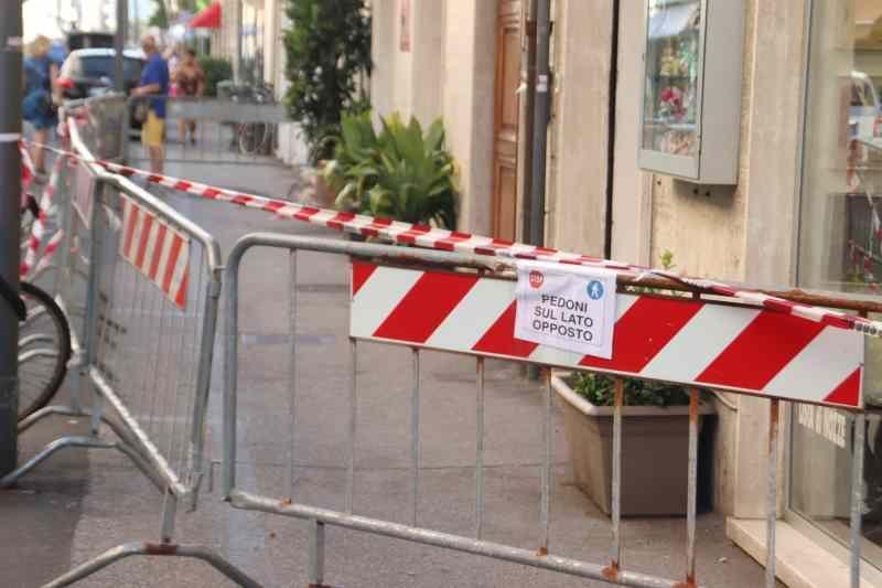 Via Marradi, cade intonaco transennato marciapiede