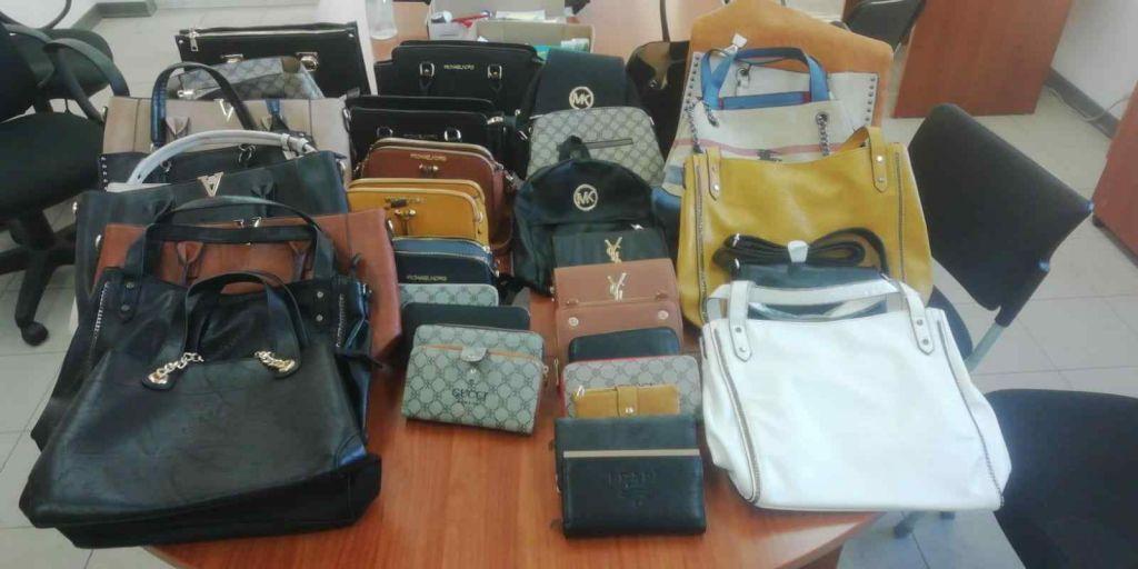 Municipale sequestra borse contraffatte sul viale Italia