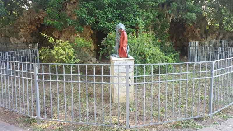 statua di snoopy alla villa fabbricotti