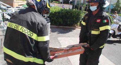 Agguanta pezzo di balcone che sta per cedere in attesa dei vigili del fuoco (5)