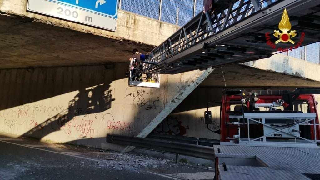 Cadono detriti dal sottopasso allo svincolo per il Maroccone
