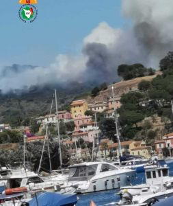 Isola d'Elba, domato l'incendio alla spiaggia Barbarossa