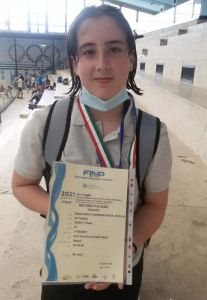 Sofia Gagliardo Gurrieri mostra il certificato di uno dei due record nazionali conquistati.