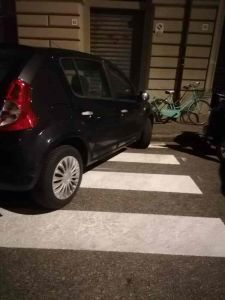 Zona Origine, la sera parcheggio selvaggio. Le foto dei lettori
