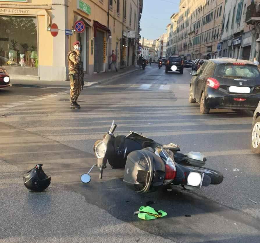 Fa inversione a U e colpisce uno scooter, 2 persone in ospedale