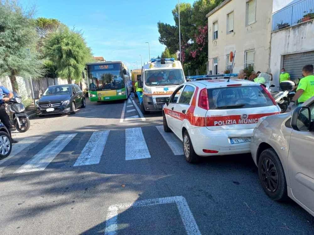 Investiti 3 bambini e 2 mamme sulle strisce dall'auto della municipale tamponata