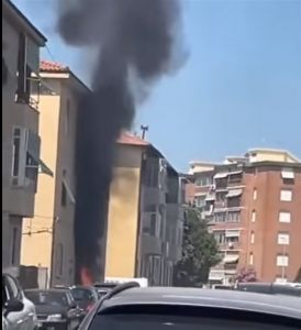 A fuoco scooter parcheggiato, paura alle Sorgenti