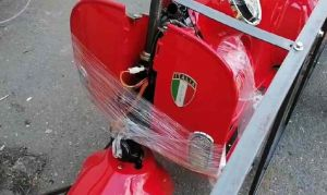 Sequestrati 71 scooter elettrici per presunta contraffazione, sono simili alla Vespa