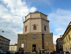 Crollanano calcinacci dalla facciata della chiesa di Santa Caterina