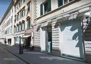 Via Ricasoli: apre il negozio e ci trova il ladro, picchiata 70enne