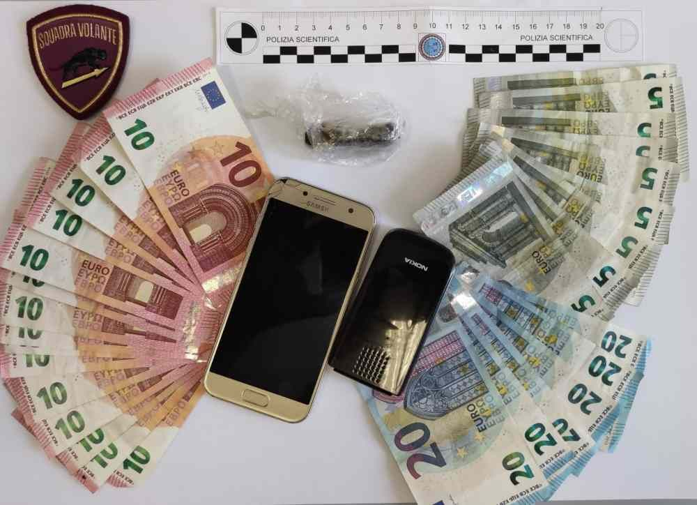 Piazza Garibaldi: aveva soldi e droga, denunciato in stato di libertà