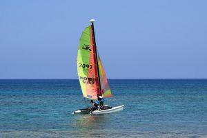Si ribalta catamarano: soccorsi due diportisti nelle acque antistanti Calambrone