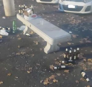 Piazza XX: Cumuli di bottiglie vuote, l'ennesimo grido di aiuto dei residenti