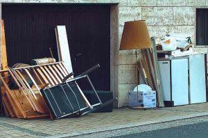 Abbandonato arredamento di casa in pieno centro con falsa attestazione ritiro Aamps
