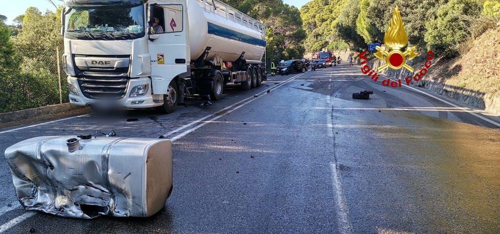 Frontale auto Camion cisterna: divelto serbatoio, gasolio in strada